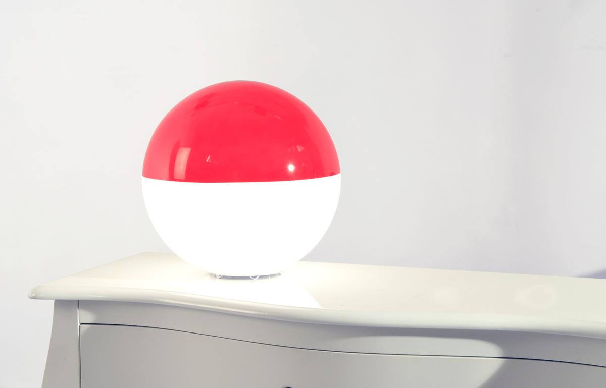 Lampe poser moderne rouge bor al miliboo for Lampe moderne a poser